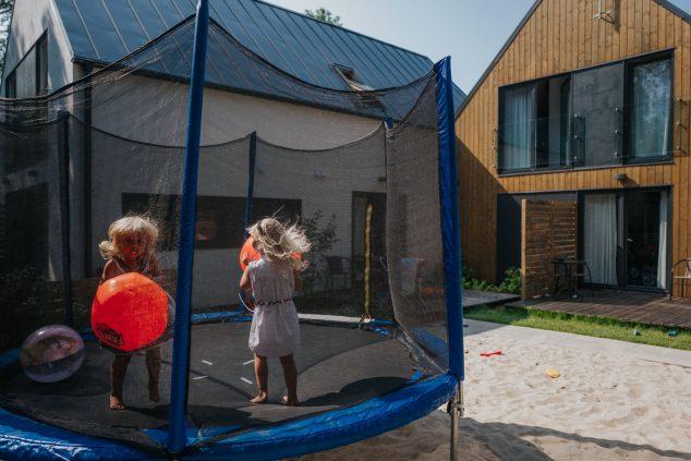 trampolina plac zabaw piaskownica domki w Pobierowie