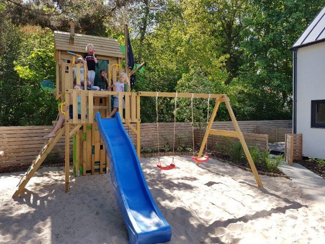 huśtawki i zjeżdżalnia dla dzieci plac zabaw
