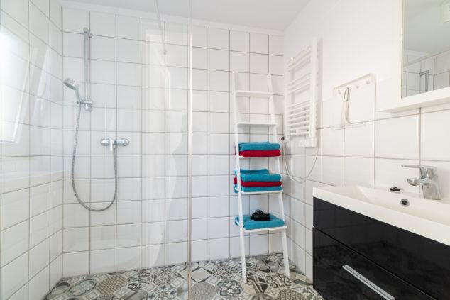 segment typu C łazienka prysznic ręczniki
