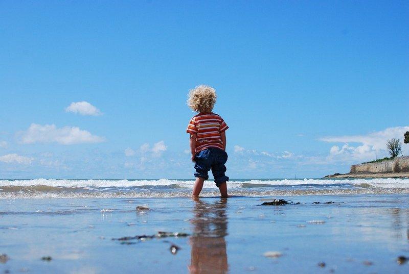 Chłopiec nadmorzem
